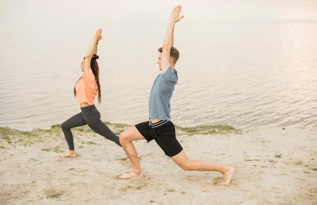 Colpo completo che si esercita sulla spiaggia Foto Gratuite