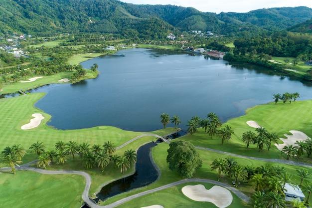 Colpo del fuco di vista aerea di bello campo da golf Foto Premium