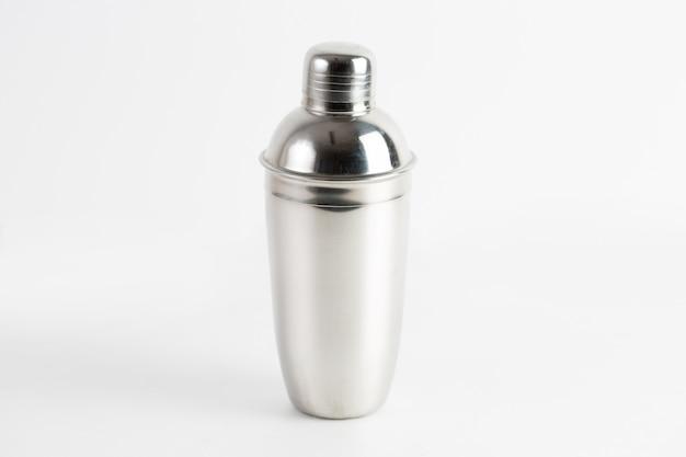 Colpo del primo piano di una bottiglia di acqua del metallo isolata Foto Gratuite