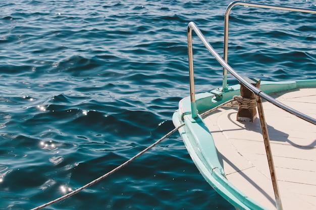 Colpo del primo piano di una nave che naviga nel mare calmo in una bella giornata Foto Gratuite