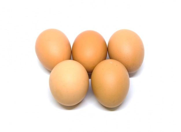 Colpo dello studio isolato uova. con tracciato di ritaglio su bianco. Foto Premium