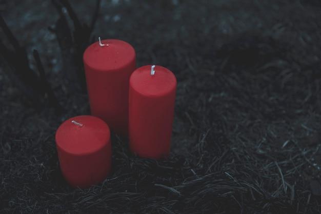 Colpo di alta vista di candele rosse per il processo di convocazione Foto Gratuite