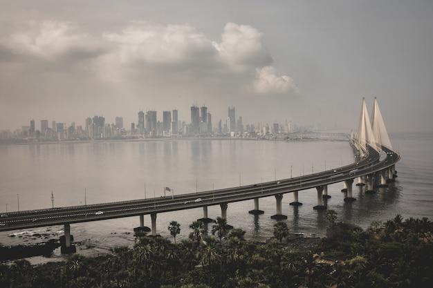 Colpo di alto angolo di sealra bandra worli a mumbai avvolto dalla nebbia Foto Gratuite
