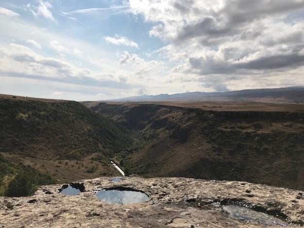 Colpo di alto angolo di un vertice con le nuvole mozzafiato che si riflettono nelle pozzanghere Foto Gratuite