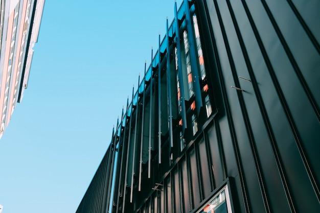 Colpo di angolo basso di un edificio moderno con colpi di scena architettonici creativi Foto Gratuite