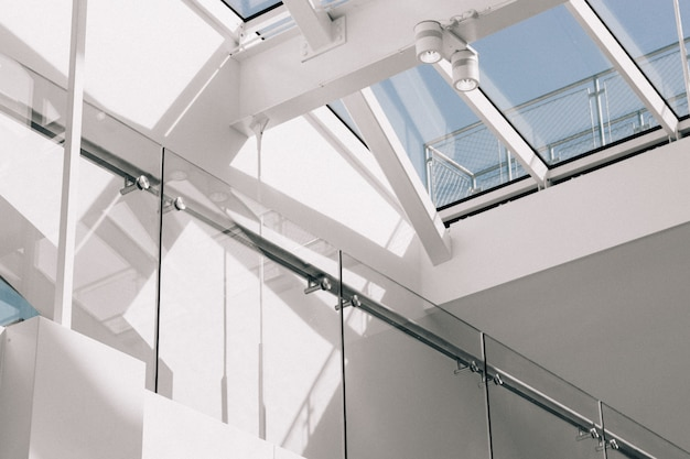 Colpo di angolo basso di un interno moderno della costruzione con le pareti bianche che toccano il cielo Foto Gratuite