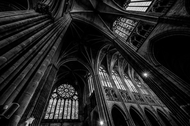 Colpo di angolo basso di un soffitto della cattedrale con finestre in bianco e nero Foto Gratuite