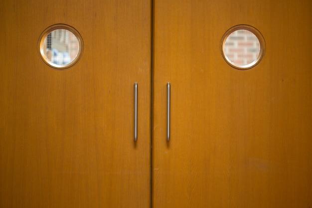 Colpo di dettaglio di una porte in legno chiuse Foto Premium