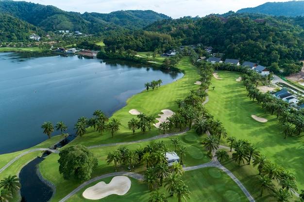 Colpo di drone vista aerea del campo da golf bella Foto Premium