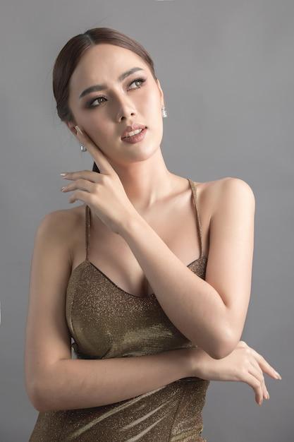 Colpo di modo dello studio della donna asiatica Foto Gratuite