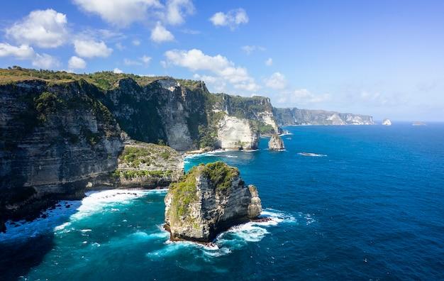 Colpo epico del fuco di banah cliff a nusa penida, bali - indonesia Foto Premium