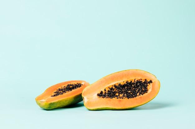 Colpo lungo della frutta della papaia su fondo blu Foto Gratuite