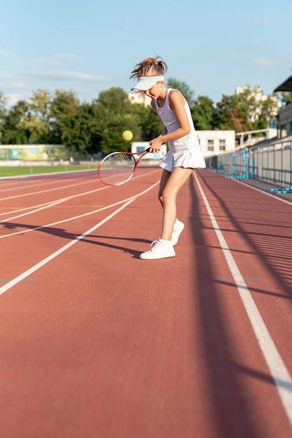 Colpo lungo della ragazza che gioca a tennis Foto Gratuite