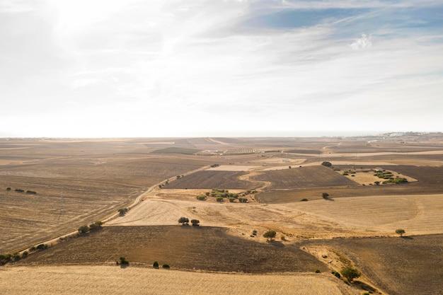 Colpo lungo di bellissimi campi e colture prese da drone Foto Gratuite