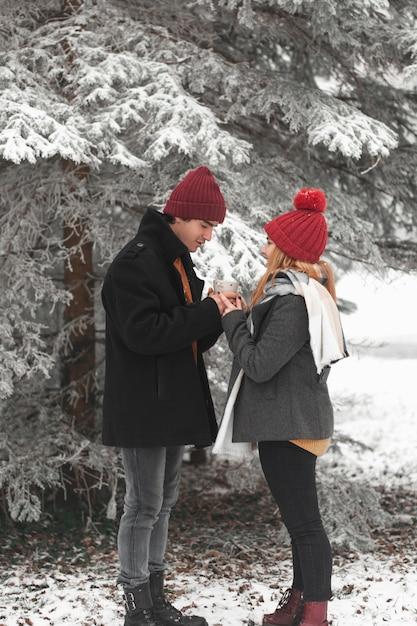 Colpo lungo di tenersi per mano delle coppie Foto Gratuite