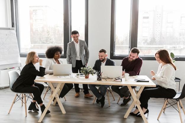 Colpo lungo di uomini d'affari in riunione Foto Gratuite