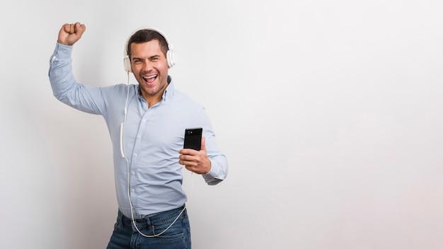 Colpo medio dell'uomo che ascolta la musica Foto Gratuite