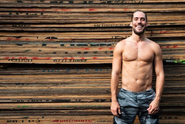 Colpo medio dell'uomo senza camicia con lo spazio della copia Foto Gratuite