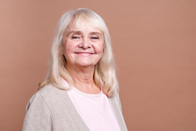 Colpo medio della bella donna anziana di smiley Foto Gratuite