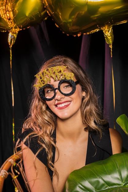 Colpo medio della donna che indossa gli occhiali felice anno nuovo 20202 Foto Gratuite