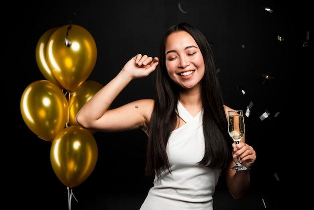 Colpo medio della donna elegante che posa alla festa Foto Gratuite