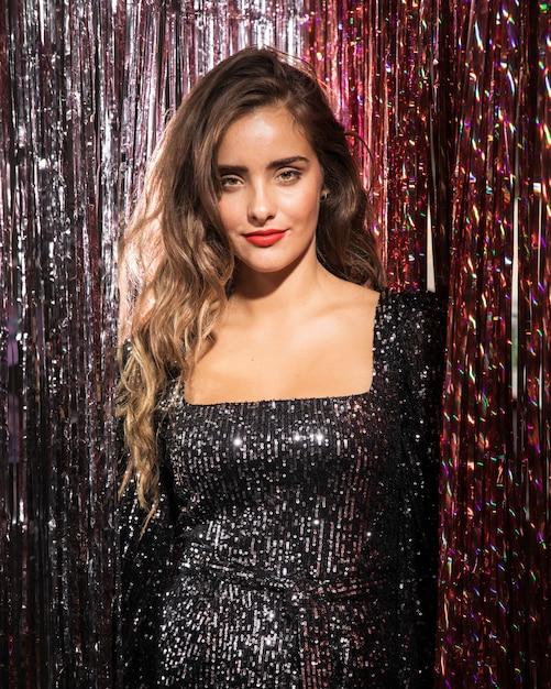 Colpo medio di vista frontale della ragazza in un bellissimo abito da festa Foto Gratuite
