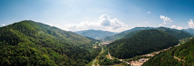 Colpo panoramico aereo delle montagne della romania Foto Premium