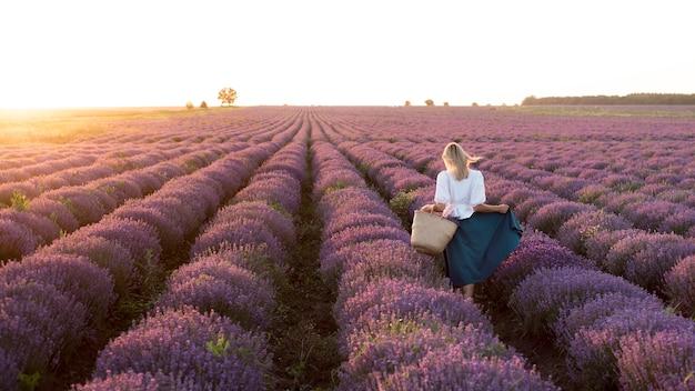 Colpo pieno della donna nel giacimento di fiore Foto Gratuite