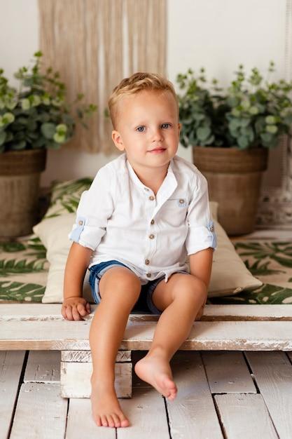 Colpo pieno di adorabile bambino Foto Gratuite