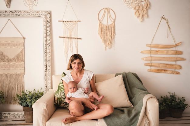 Colpo pieno di madre e neonato Foto Gratuite