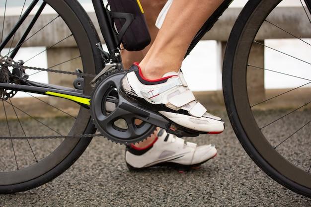 Colpo potato dell'uomo che guida bicicletta Foto Gratuite