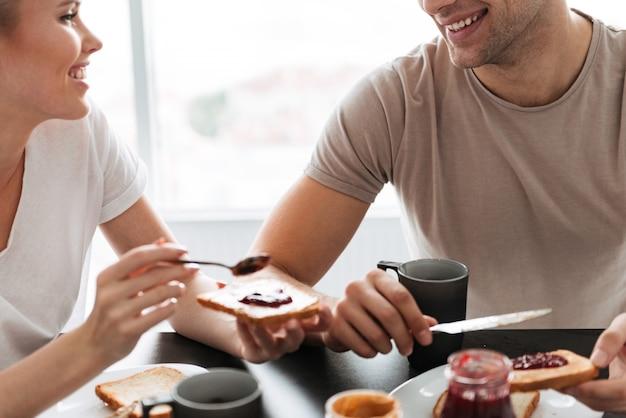 Colpo potato delle coppie sorridenti che mangiano prima colazione di mattina Foto Gratuite