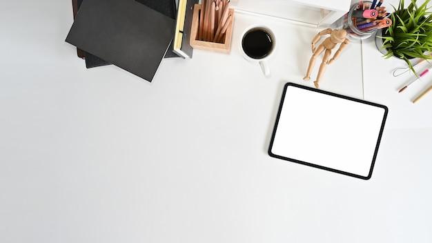 Colpo sopraelevato della compressa del modello, del caffè e degli articoli per ufficio sulla tavola dell'ufficio. Foto Premium