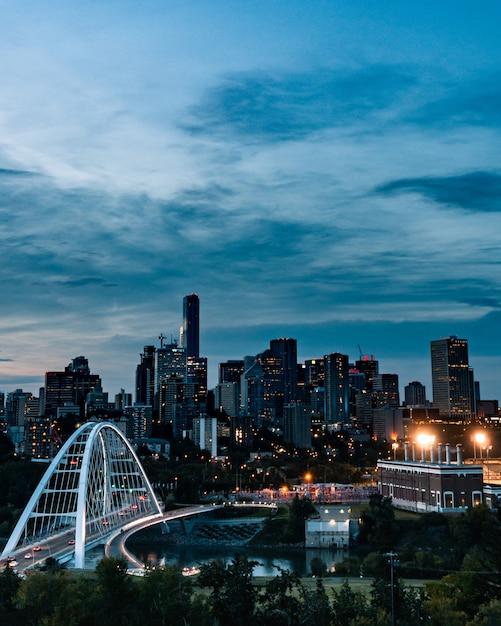 Colpo verticale della città occupata che riflette nel fiume Foto Gratuite