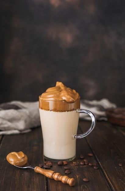 Colpo verticale di delizioso caffè schiumoso e cremoso alla moda dalgona Foto Premium