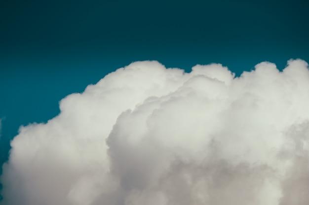 Colpo vicino di una nuvola in un cielo blu Foto Gratuite
