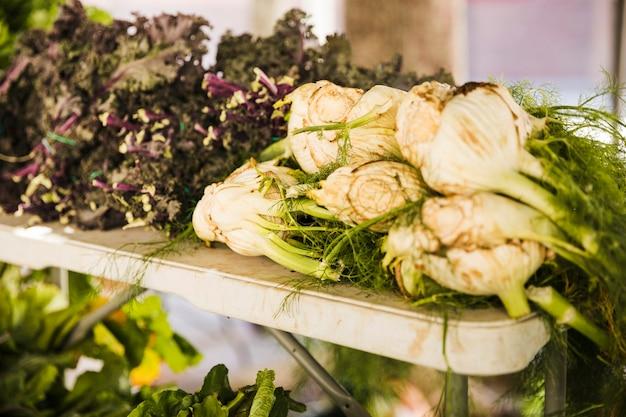 Coltivi la verdura fresca al mercato agricolo dell'agricoltore Foto Gratuite