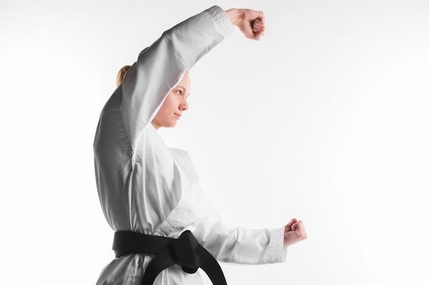 Combattente di karatè che posa vista laterale Foto Gratuite