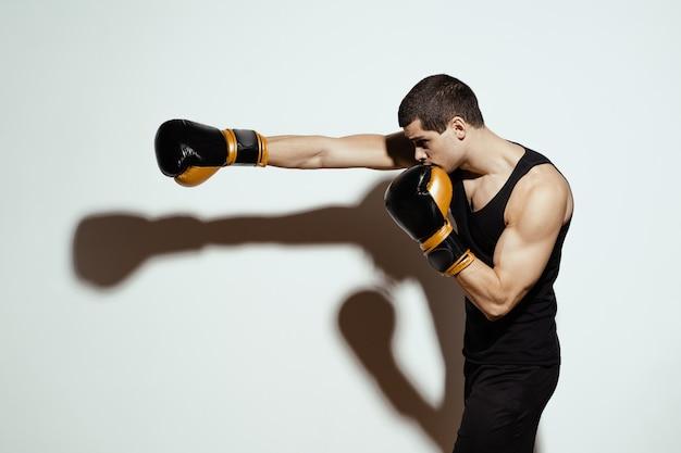 Combattimento del pugile sportivo. concetto di sport. Foto Gratuite