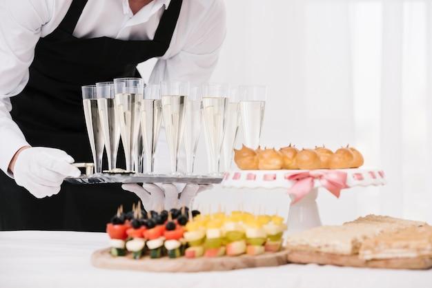 Combinazione ravvicinata di snack e bevande Foto Gratuite
