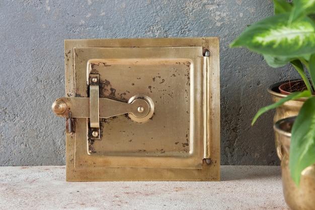 Comignolo d'ottone antico su gray Foto Premium