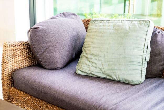 Comodo cuscino sul divano Foto Premium
