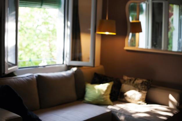 Comodo soggiorno con divano e finestra aperta | Scaricare foto gratis