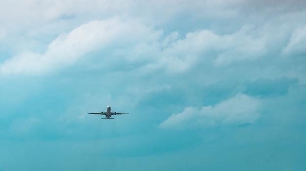 Compagnia aerea commerciale. l'aereo passeggeri decolla all'aeroporto con bel cielo blu e nuvole bianche. lasciando il volo. inizia il viaggio all'estero. ferie. buon viaggio. Foto Premium