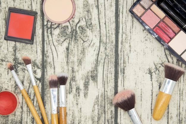 Componga e prodotti di bellezza cosmetici sul fondo di legno della tavola. Foto Premium