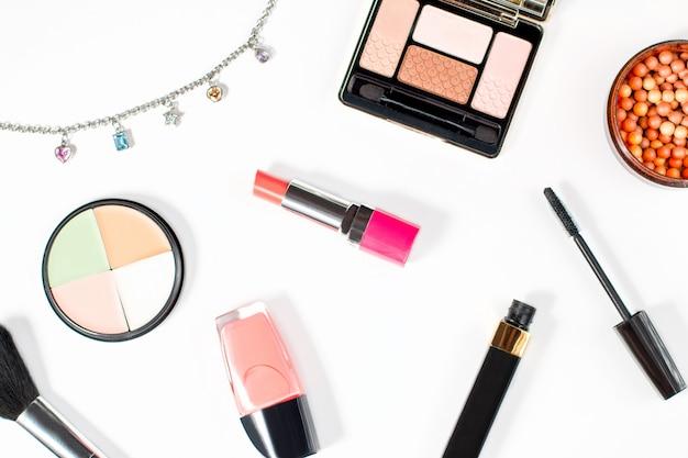 Componga la raccolta dei prodotti su fondo bianco Foto Premium