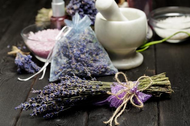 Composizione aromatica di lavanda, erbe, cosmetici e sale Foto Premium