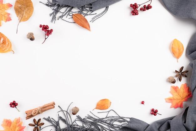 Composizione autunnale. coperta, foglie di autunno su bianco Foto Premium