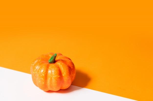 Composizione autunnale. zucca su sfondo arancione. Foto Premium