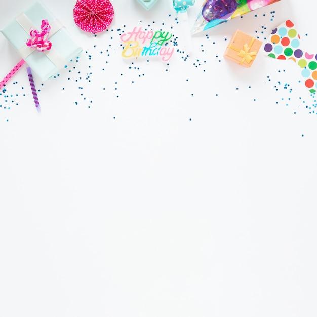 Composizione colorata di articoli di compleanno con spazio di copia Foto Gratuite